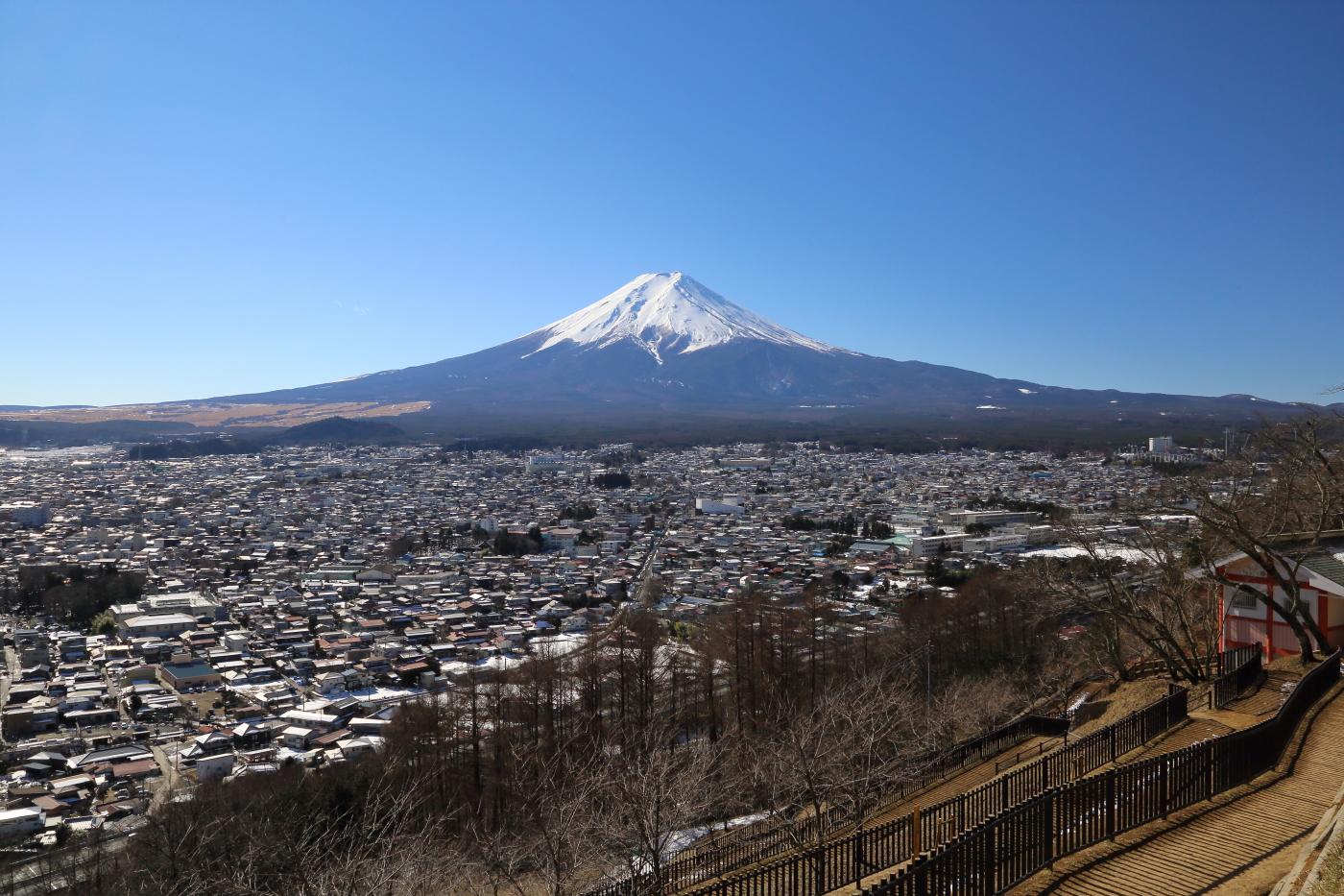 忠霊塔がある新倉山浅間公園から見た冬の富士山