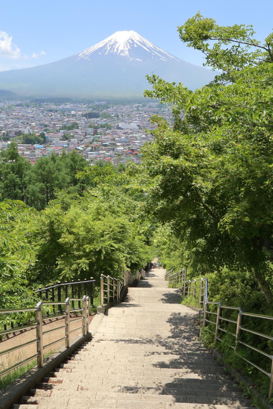 忠霊塔へ上る398段の咲くや姫階段