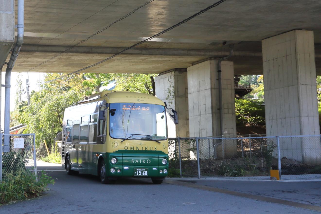 バス停は中央道のガード下