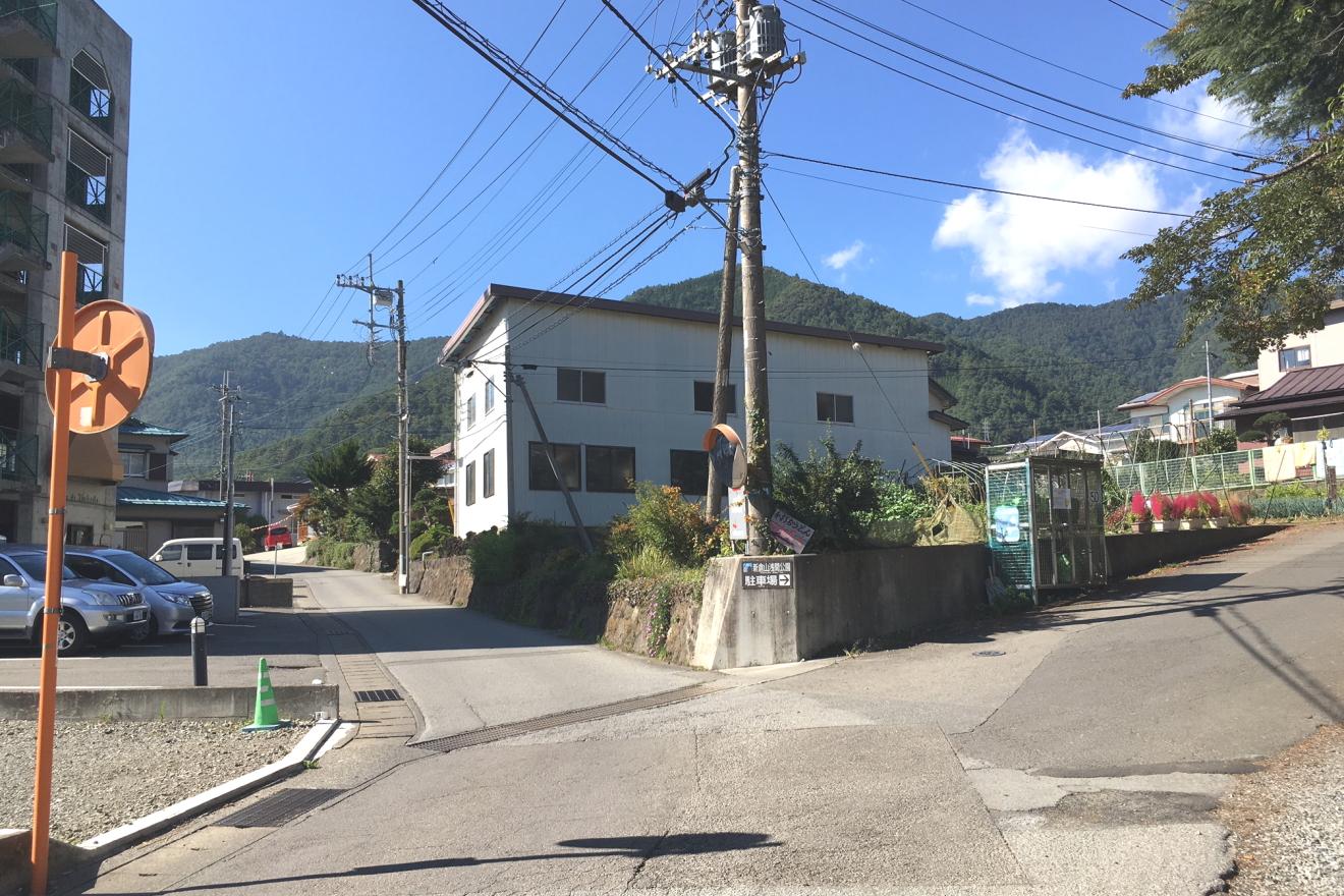 新倉富士浅間神社参道入口を左折