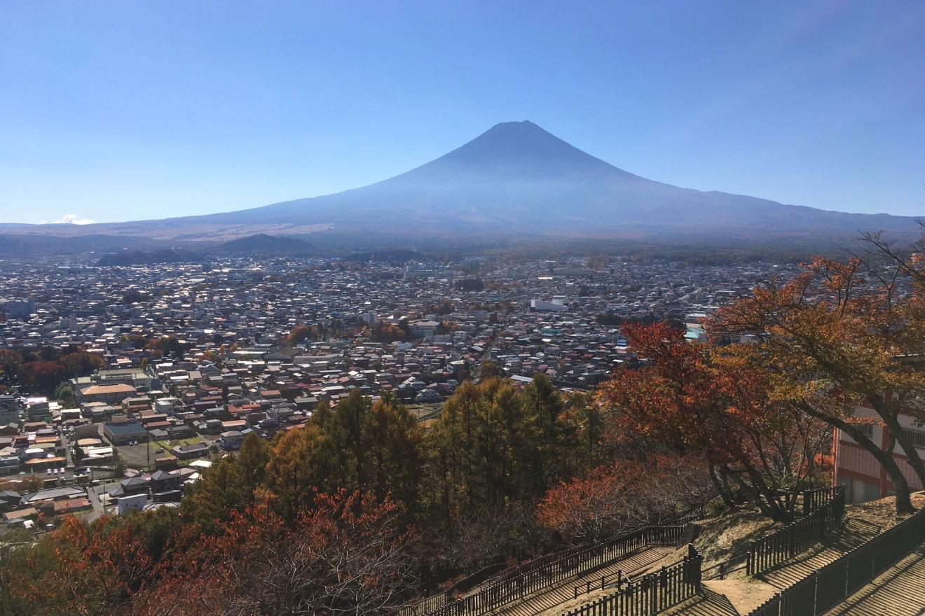 新倉浅間公園からの富士山と紅葉