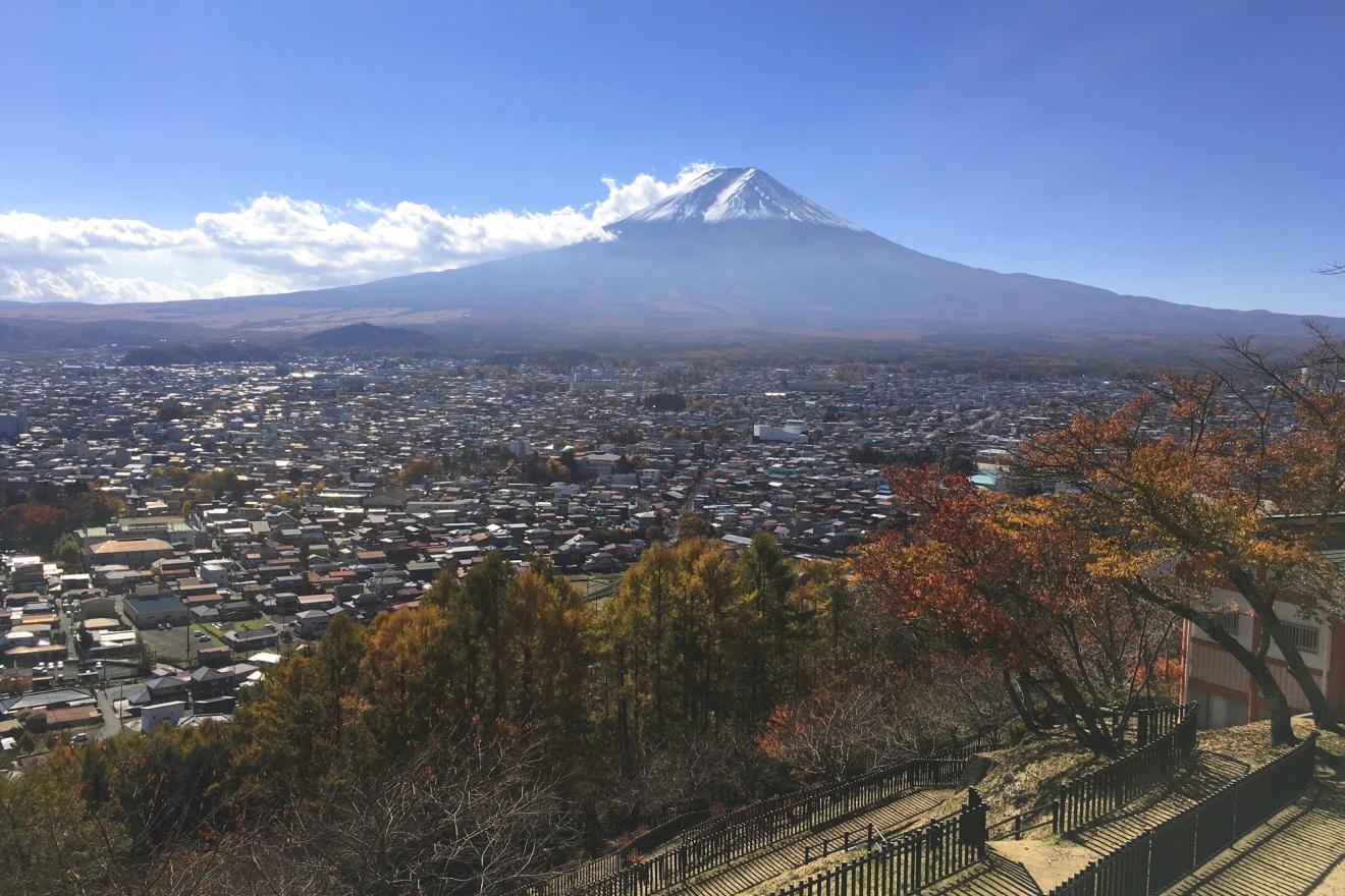 東屋から見た富士山と富士吉田市街