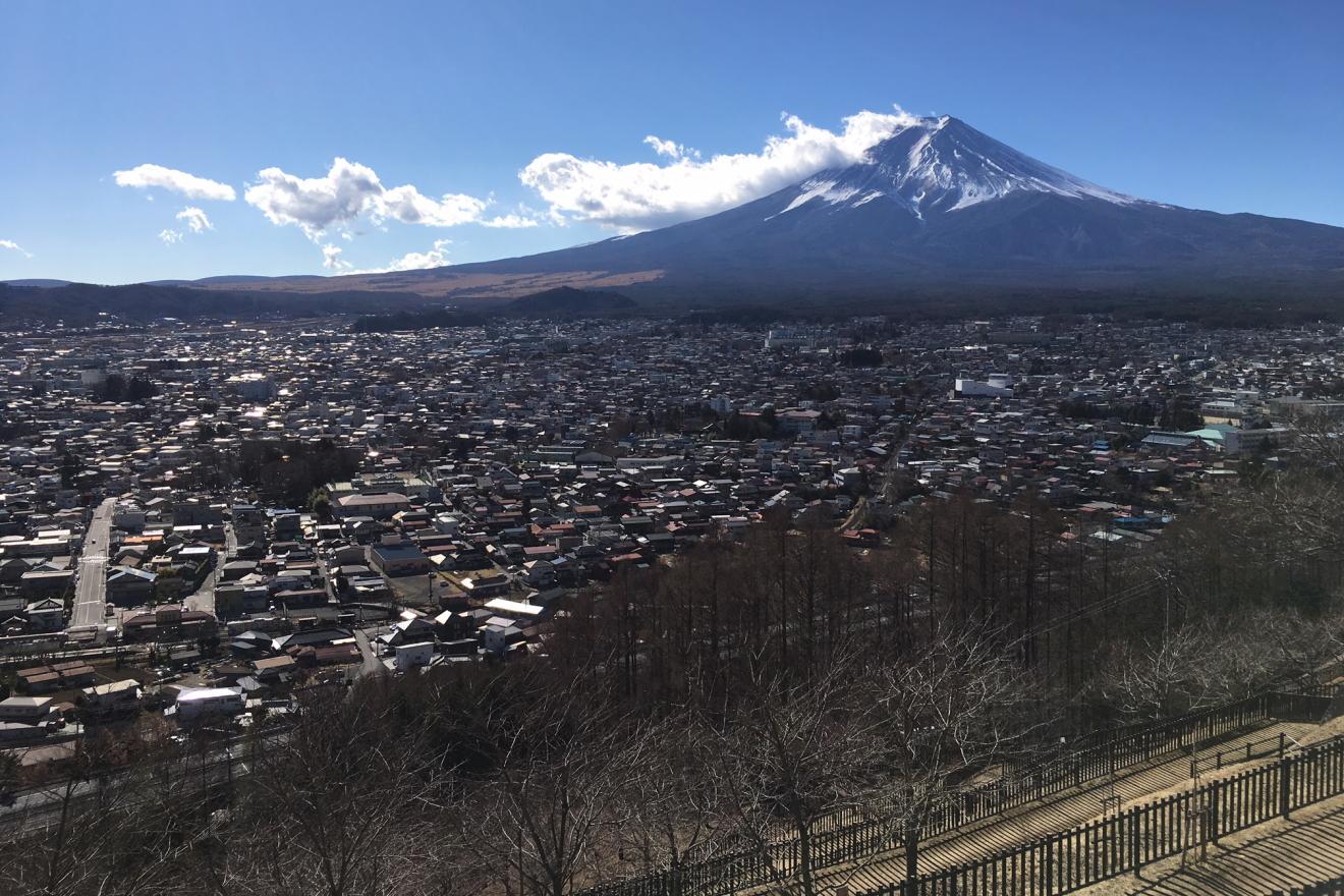 新倉山浅間公園から見た富士山と富士吉田市街地