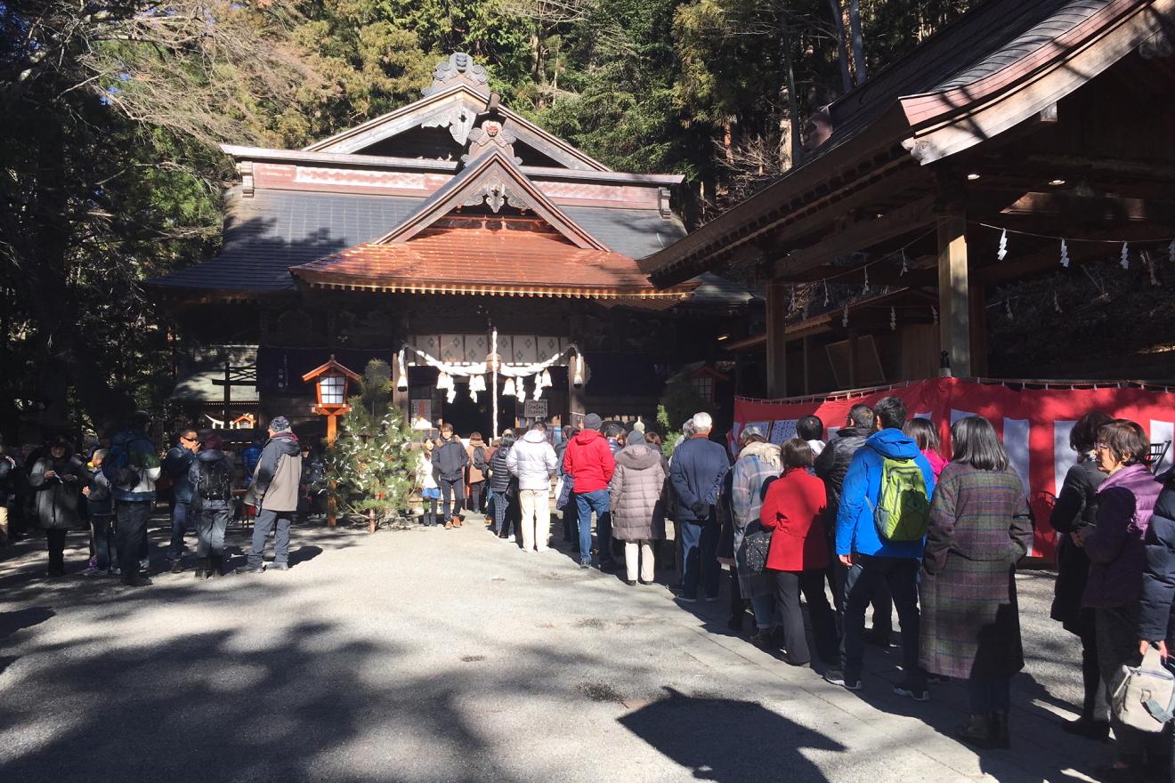 初詣で新倉富士浅間神社へ訪れた参拝者の長い列