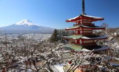 雪景色の忠霊塔