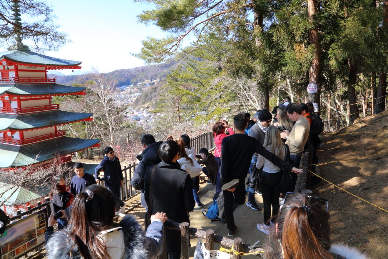 忠霊塔を訪れる観光客
