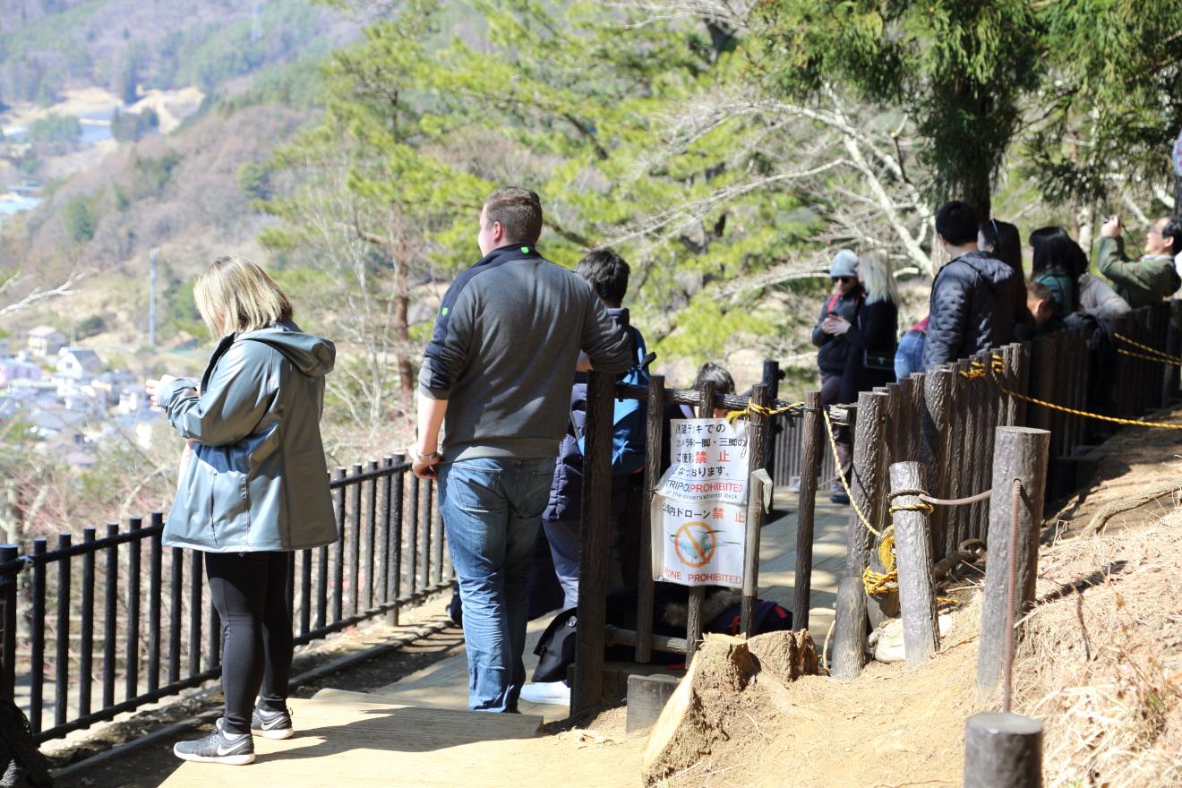 展望デッキを訪れる観光客
