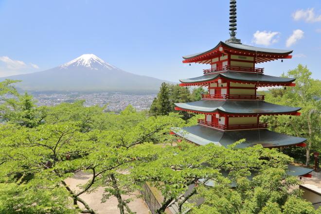 春5月の忠霊塔と富士山