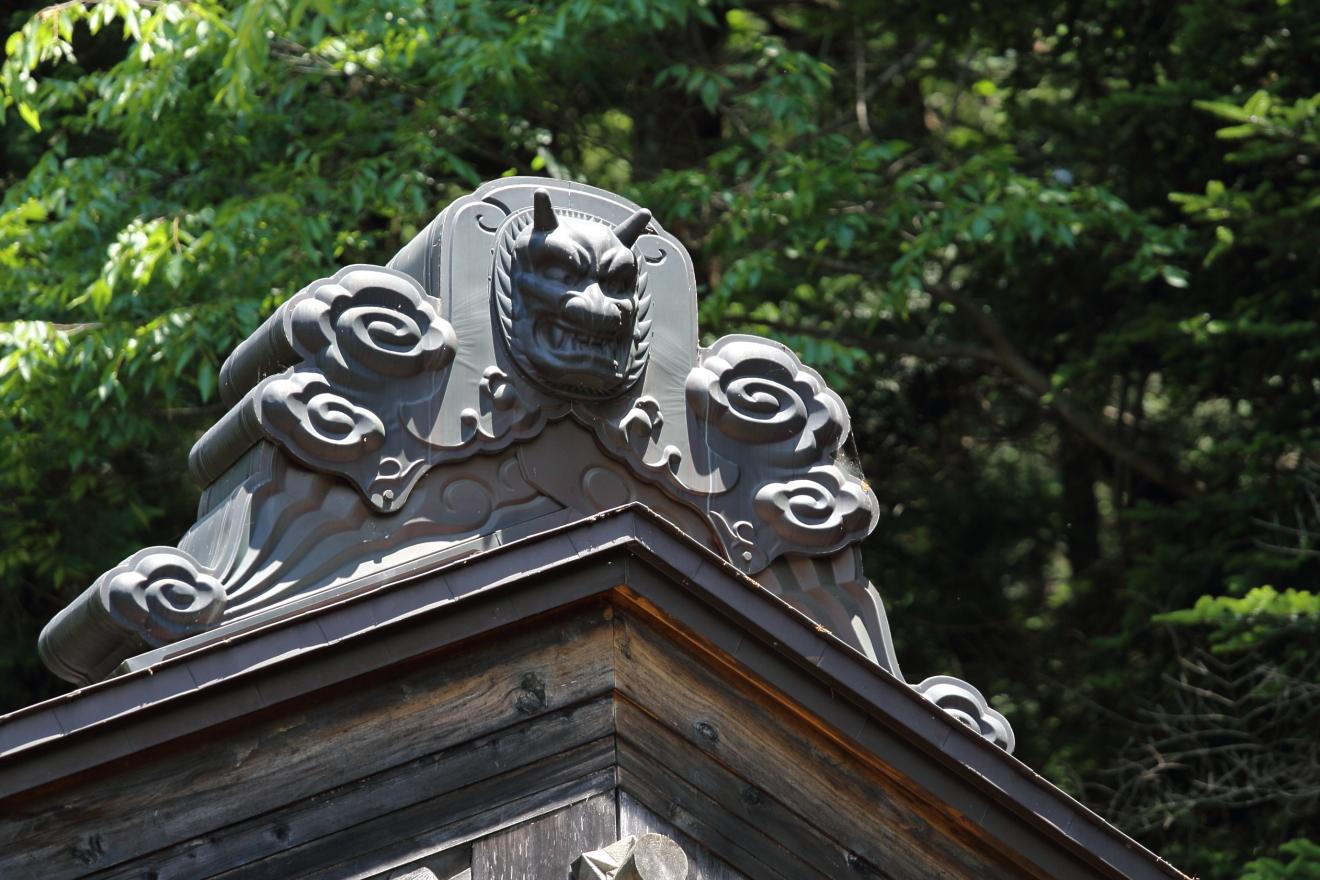 新倉富士浅間神社本殿の屋根にある鬼の飾り