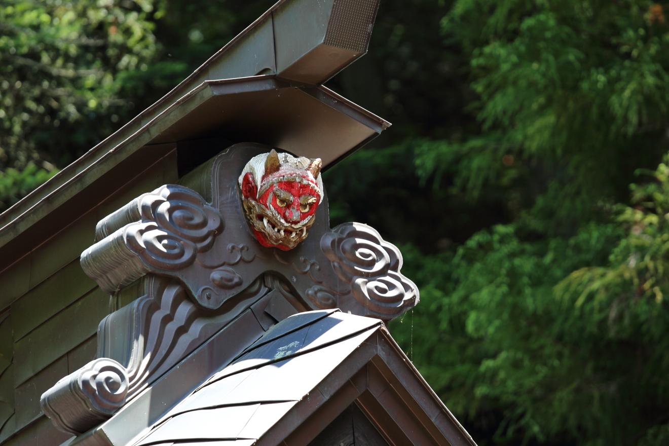 新倉富士浅間神社本殿の屋根にある赤鬼