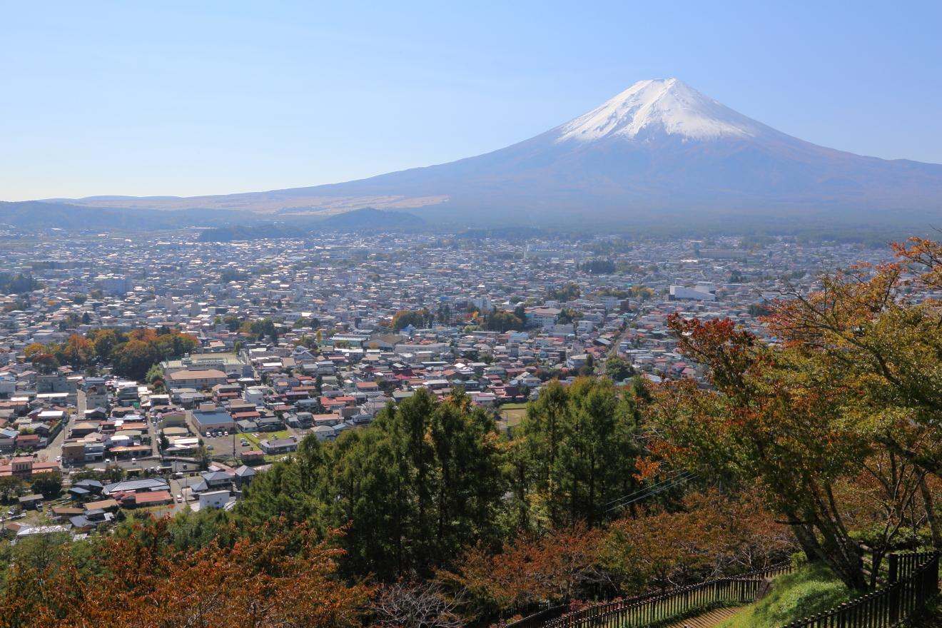 新倉浅間公園から見た富士吉田市と富士山の眺め