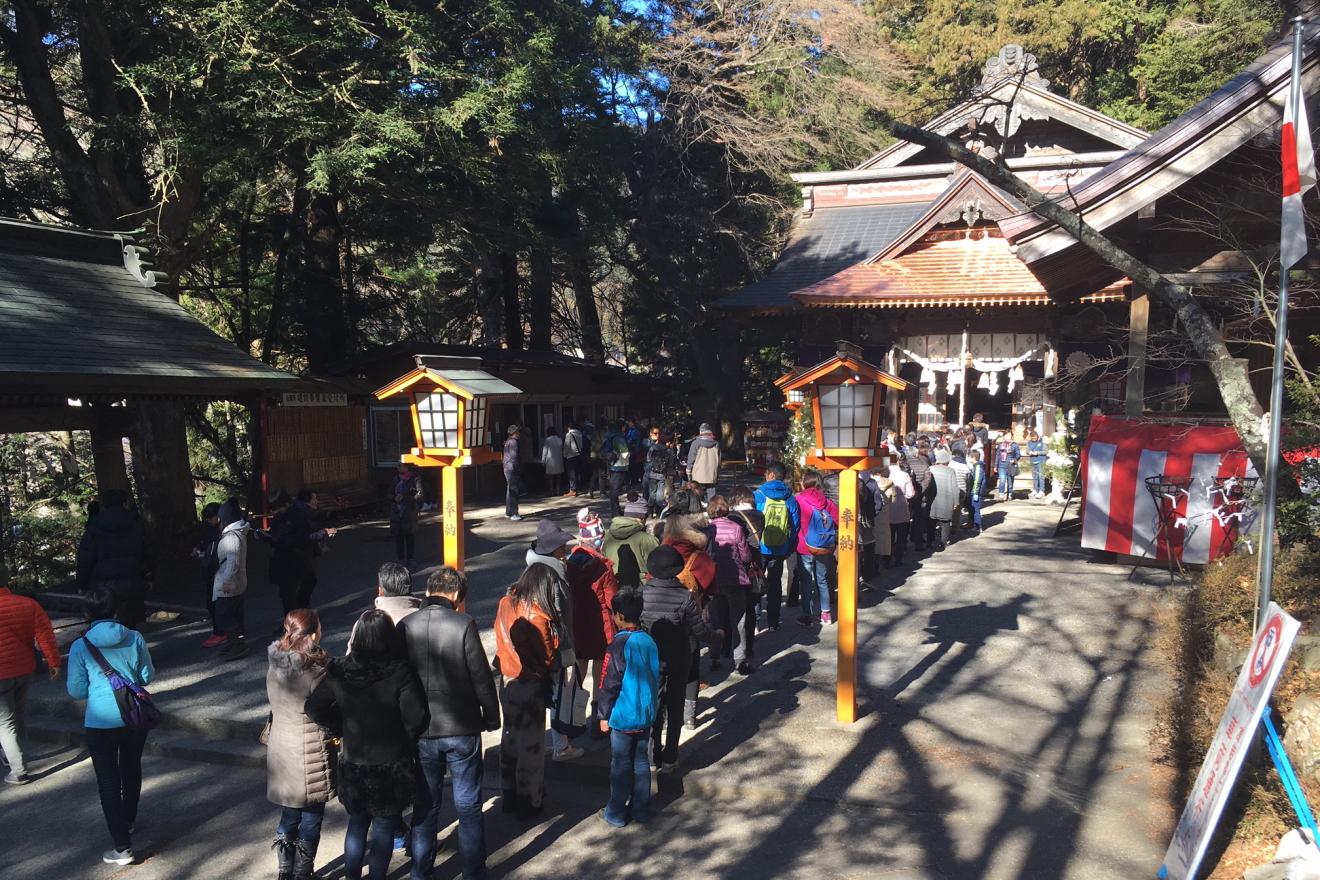 初詣の参拝者で賑わう新倉富士浅間神社
