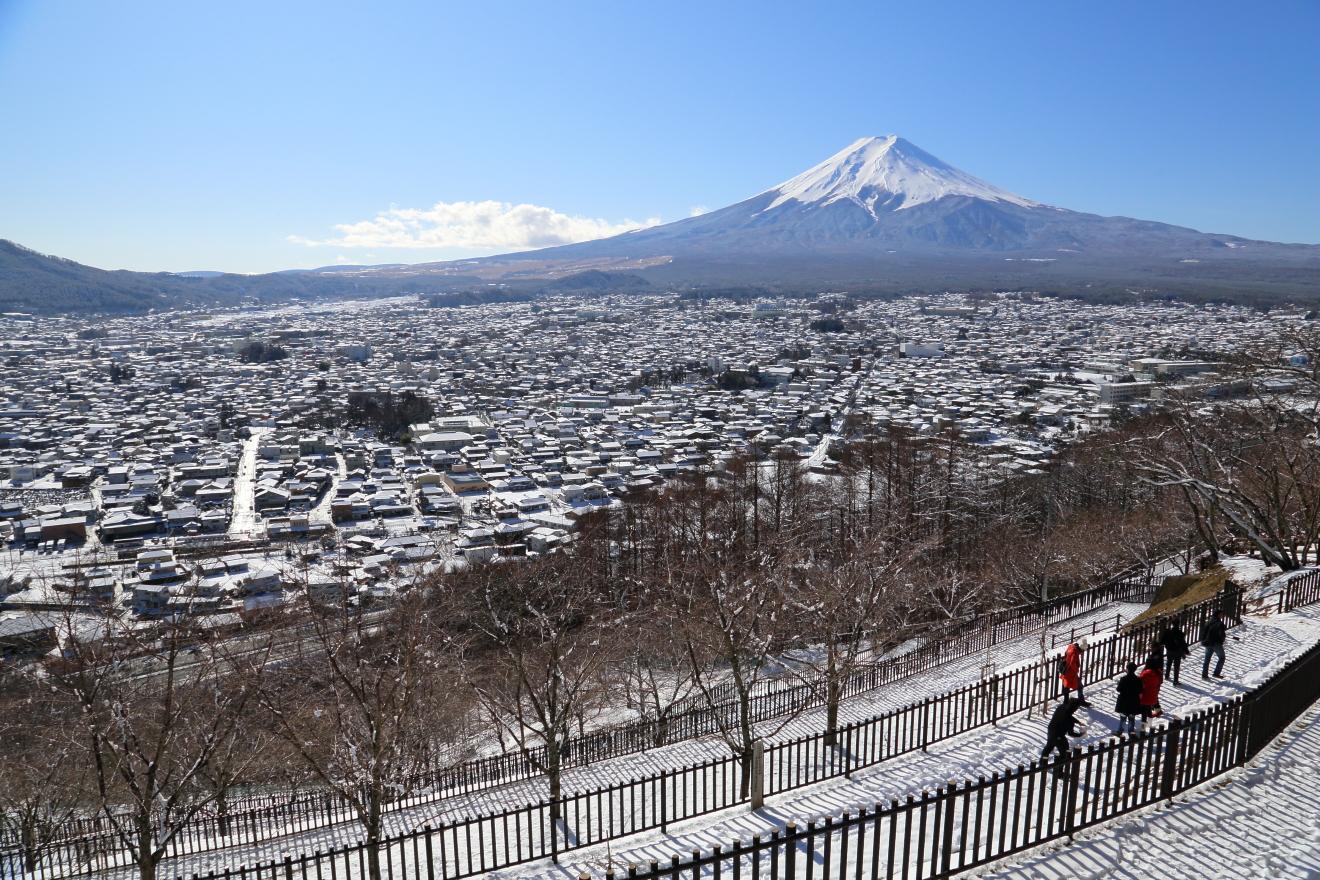 雪景色の富士吉田市街