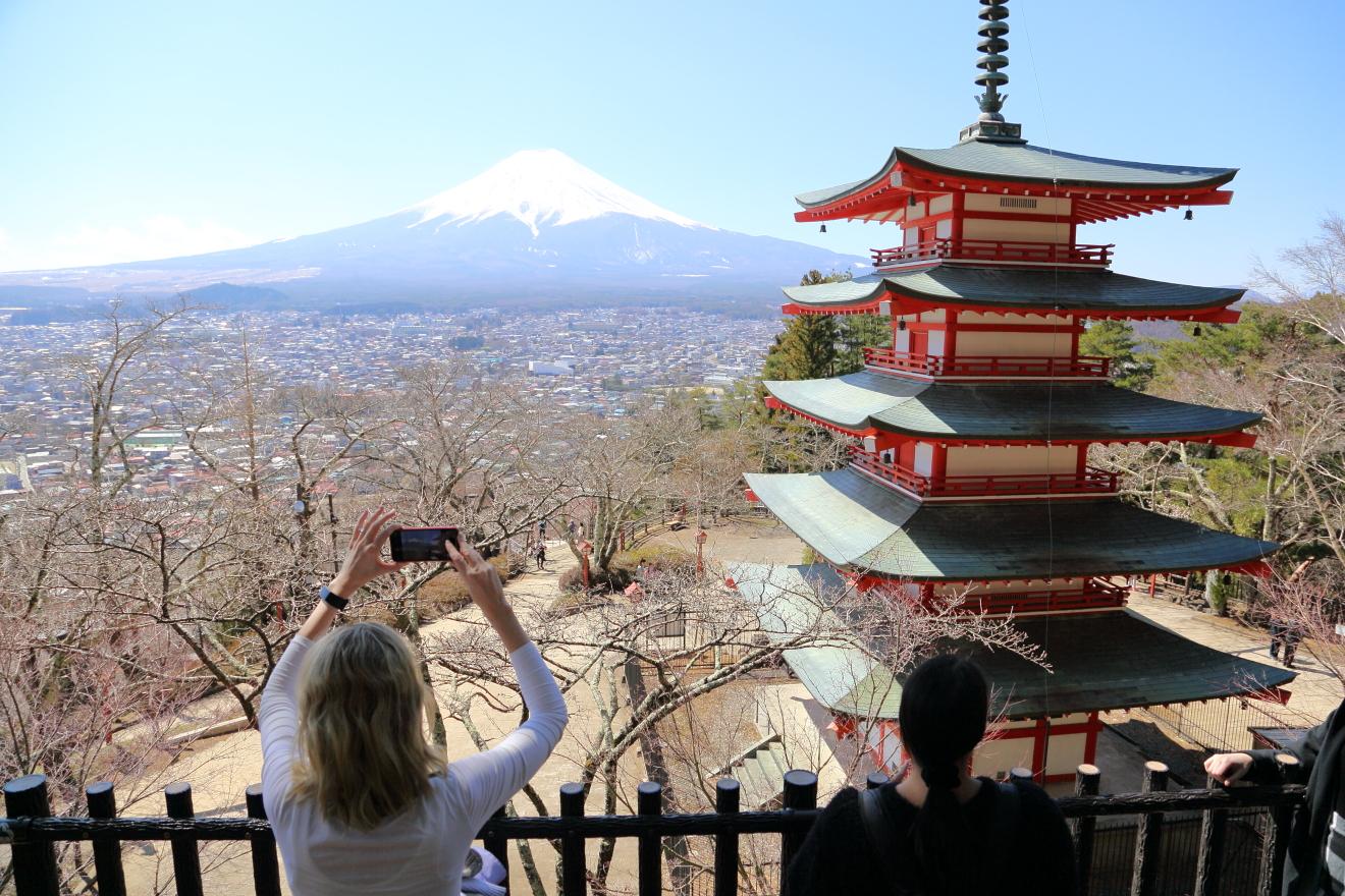 忠霊塔から写真を撮る観光客